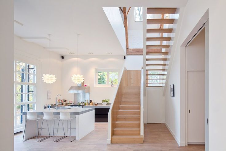 Bellissima cucina con isola. la scala in legno che porta al piano ...