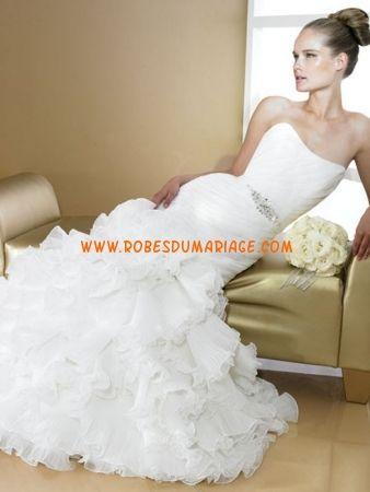 Val Stefani belle robe de mariée blanche sans bretelle ornée de pli organza