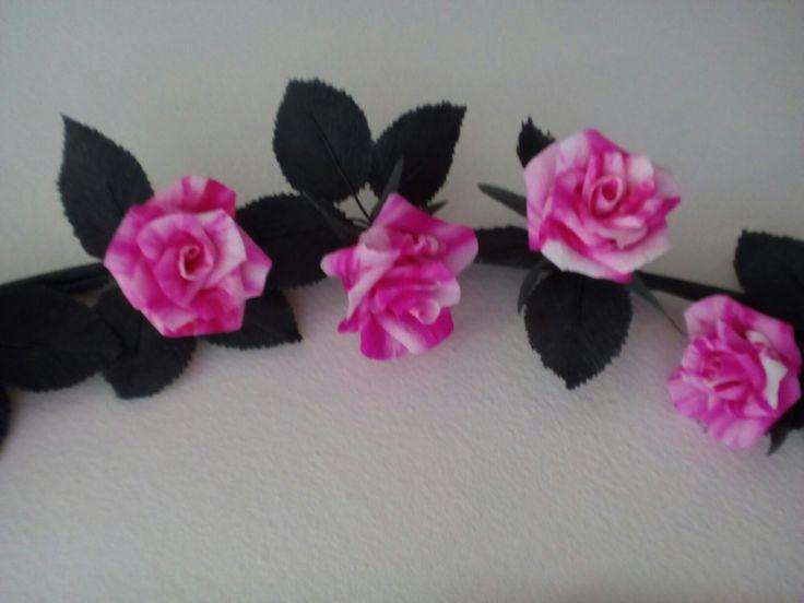 Dettaglio ghirlanda in carta crespa sottile - Anna Bonelli