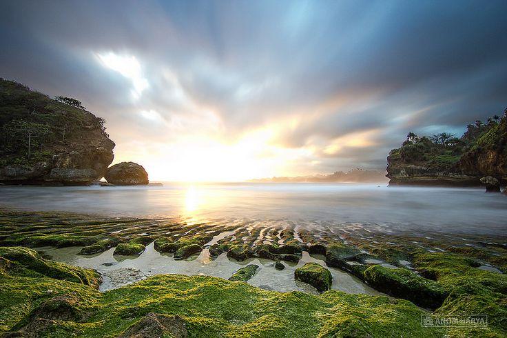 Batu Bengkung - Pantai dengan Sunset Romantis