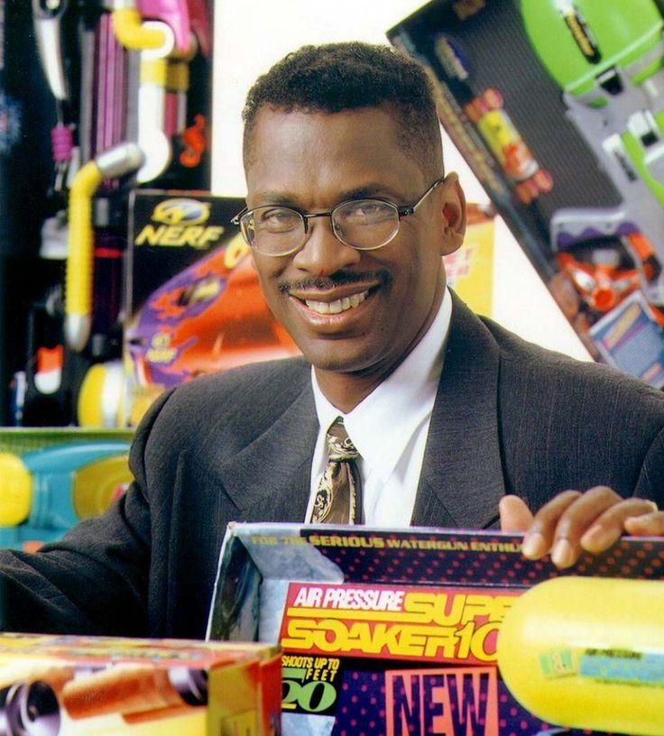 Lonnie G. Johnson (1949 – ) É um engenheiro e inventor que fundou sua própria empresa que, posteriormente, foi vendida à Hasbro. Criou um dos brinquedos mais vendidos nos anos de 1991 e 1992, o SuperSoaker, gerando mais de 200 milhões de dólares em vendas. E não só com brinquedos, Johnson, trabalhava, também se dedicou ao desenvolvimento de novas tecnologias energéticas, o que incluía variados tipos de baterias recarregáveis, usinas de energia solar e geradores de energia térmica oceânica.
