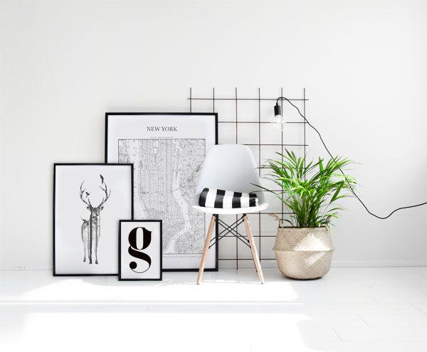 Tavelcollage med posters i svarta ramar. Ren, typografi och Tavla med New York karta. Desenio.com