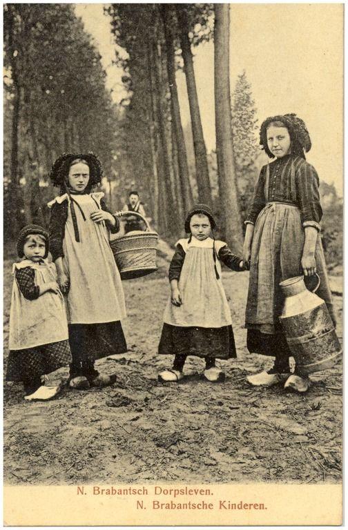 inderen in klederdracht, met een mand en melkbus Roosmalen, Gez. van (uitgever); - 1900