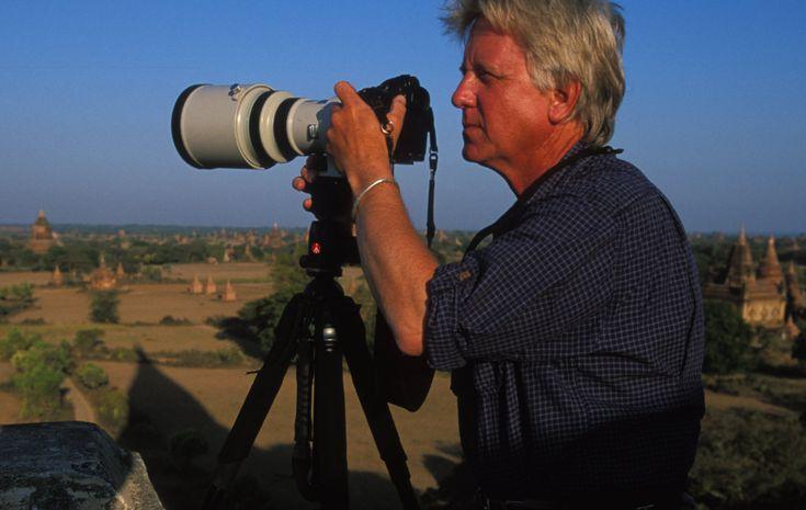 Steve Winter se crió en Fort Wayne, Indiana. Estudió en la Academia de Arte de la Universidad de San Francisco. Trabaja para la revista estadounidense National Geographic desde 1991. Se ha dedicado a fotografiar fauna salvaje por todo el mundo, acompañado de un equipo de científicos. Persiguió durante seis semanas al leopardo de la nieve en India, a los osos gigantes de Kamchatka en Rusia, a los jaguares en la selva amazónica y fue acechado por un oso pardo en la fría Siberia.