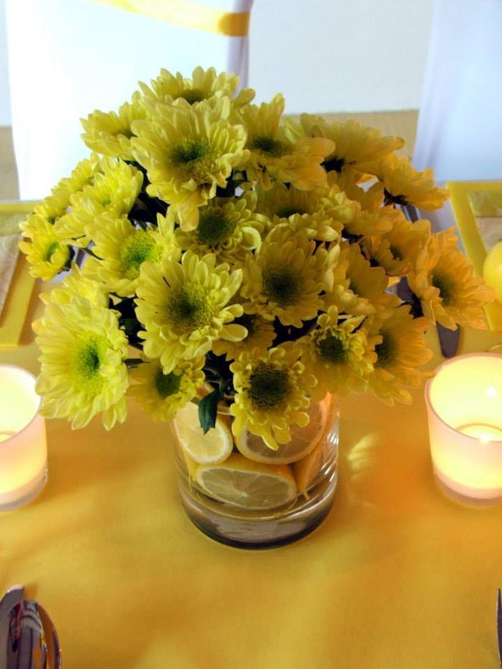 Kvetinové dekorácia vo váze s plátkami citrónov