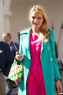 La blogger Veronica Ferraro alla Milano fashion week ha abinato un cappotto turchese con un abito fucsia come vuole la tendenza color blocking.