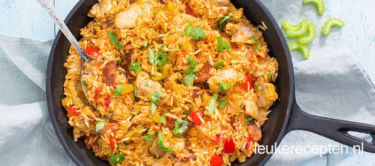 Deze Amerikaanse variant van paella met rijst, kip en bleekselderij is heerlijk op smaak gebracht met chorizo en cajun.