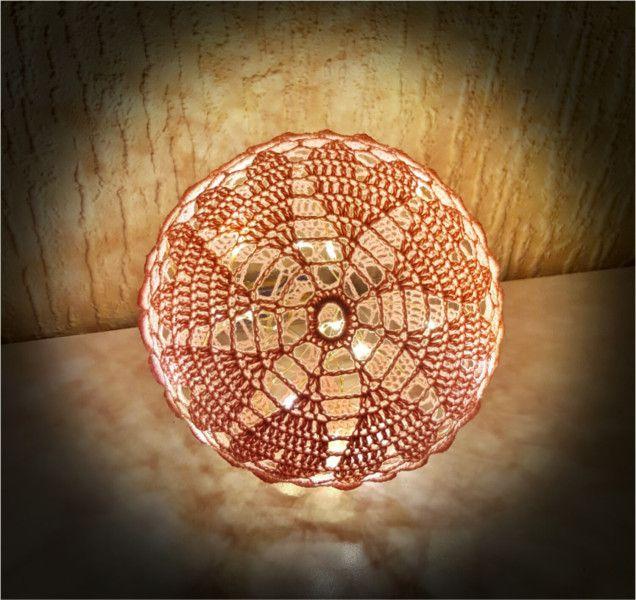 ❤️Husk at følge bloggen, da der er flere opskrifter på lyskugler på vej ❤️ Materialer: 8/4 bomuld i ønsket farve Hæklenål 2,5 eller 3,0 Trælim Rund ballon Plastikbøtte Lyskæde Forkortelser: l…