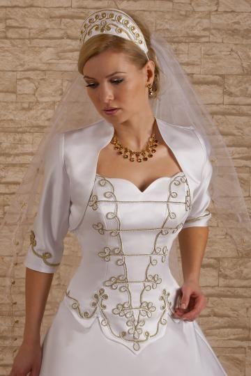 Magyaros menyasszonyi ruha arany és fehér zsinórral díszítve