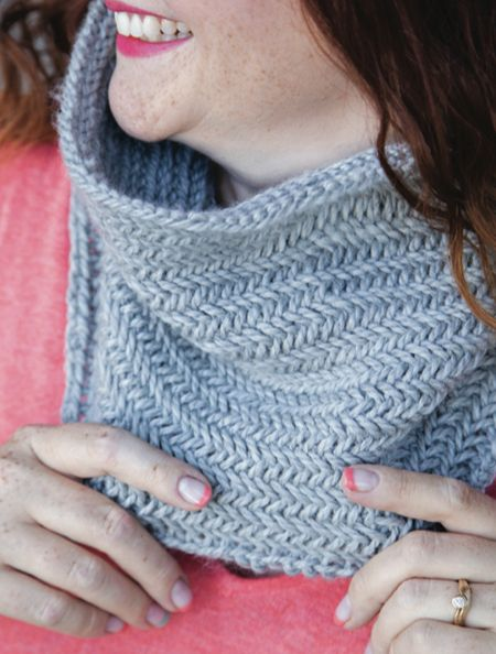 1 Hour Knit Herringbone Cowl - Free Knitting Pattern that takes 1 skein and 1 hour, so easy!