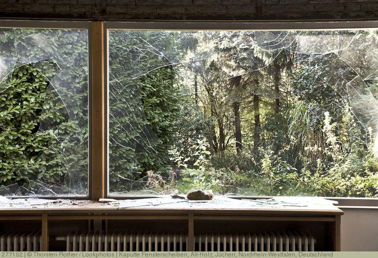Kaputte Fensterscheiben, Alt-Holz, Jüchen, Nordrhein-Westfalen, Deutschland