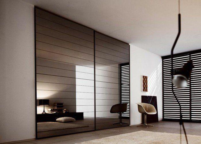portes de placard miroirs dans le salon moderne de couleur taupe
