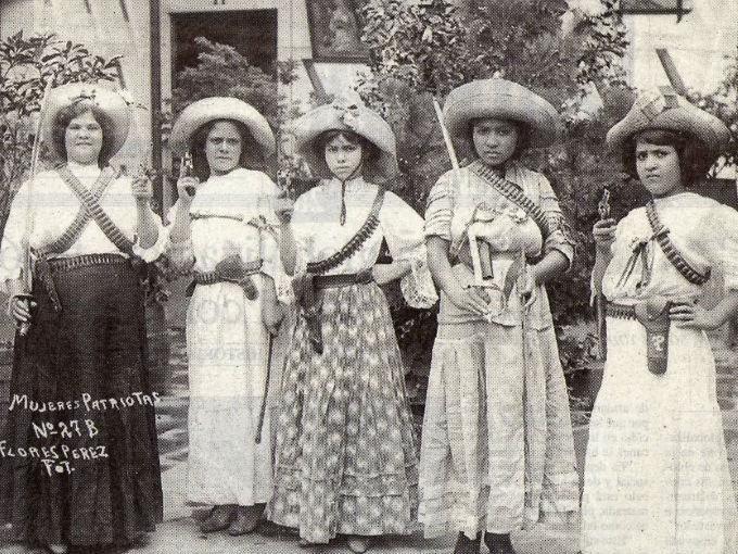 """En su libro """"Las soldaderas"""", Elena Poniatowska afirma que """"sin ellas, la Revolución Mexicana no habría existido"""". Hace mucho tiempo que a estas valientes mujeres-soldado se les debe un reconocimiento en la historia de México, porque siempre han sido personajes secundarios que, sin embargo, padecieron tanto o más que los combatientes a quienes acompañaron."""