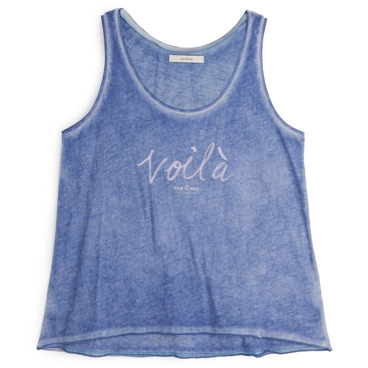 Camiseta manga corta azul.