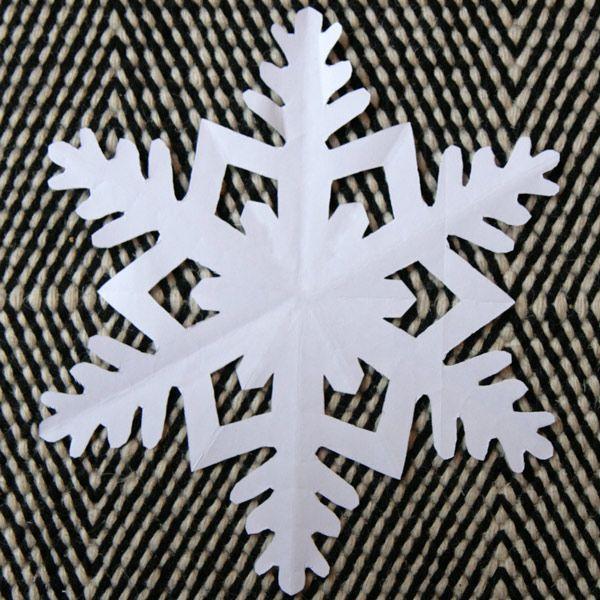 Je continue la série des flocons de papier par deux pliages classiques qui donnent des flocons de neige traditionnels, typiques, qui ressemblent vraiment à des flocons de neige.