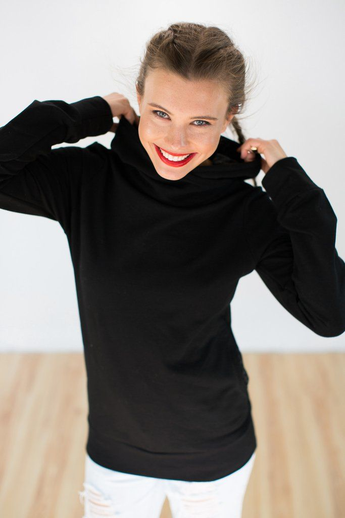 Hoodie Arya Black Aztec.Cosy hoodie crafted from a black colored sweatshirt fabric with fleece inside. The hood and side pockets are lined with a grey and black aztec patterned knit fabric. Super comfy and easy to wear.