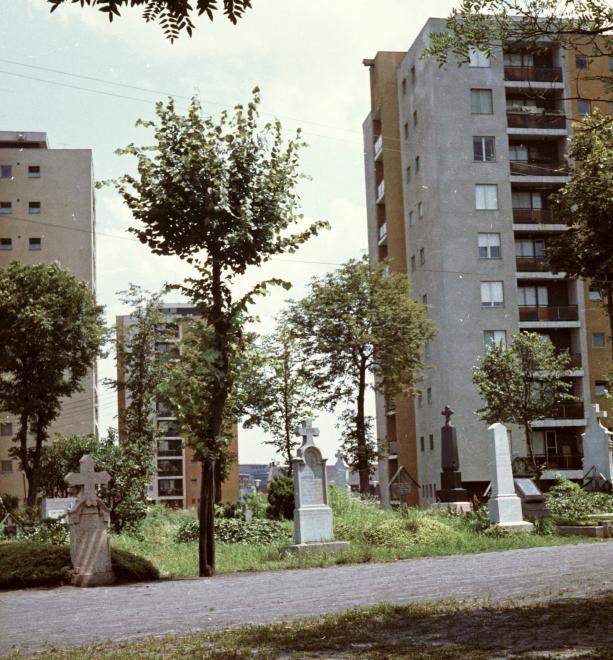 A temetőn épült lakótelep – Leninváros Kecskeméten – A Szentháromság temető és mögötte az új lakótelep