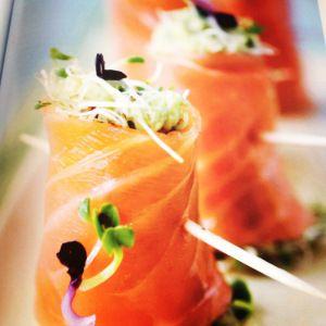 Gerookte zalmrolletjes met avocadoroom en scheuten - De Loopgekke Keukenprinses