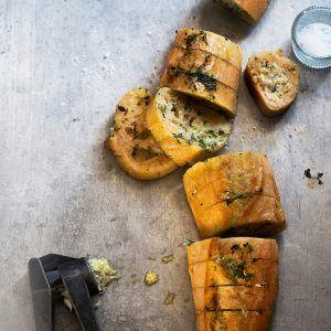Valkosipulipatonki - Kotiliesi.fi - Garlic baguette