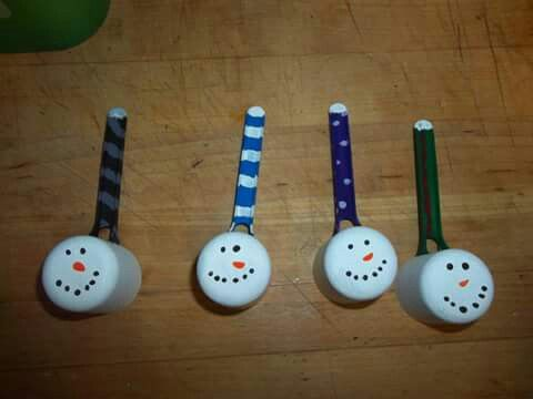 I made these snowmen using the scoops from baby formula containers. Plan on using them as ornaments next year. :-D #Christmas #diy
