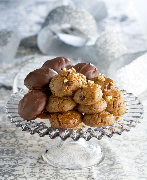 Τα πιο αγαπημένα γλυκίσματα των Χριστουγέννων γίνονται ακόμη πιο λαχταριστά αν τα βουτήξετε στη σοκολάτα.