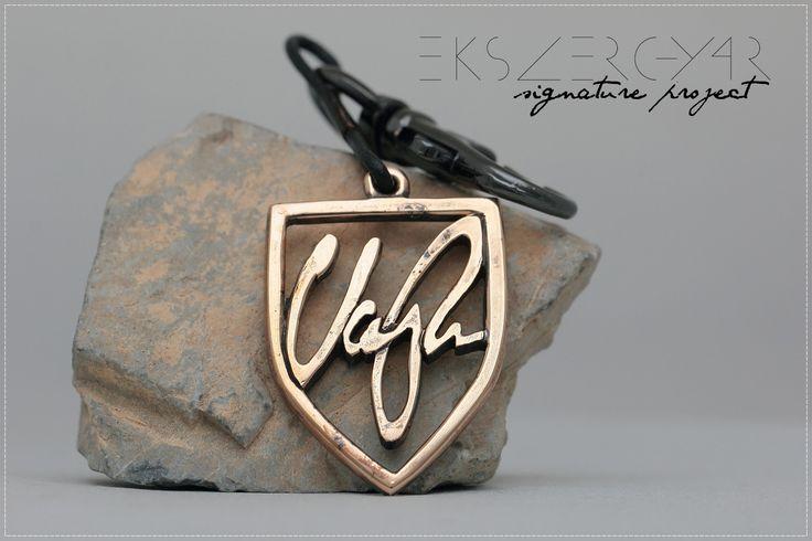 Aláírás kulcstartó. (Bronz) Signature keyring. (Bronze) www.ekszergyar.hu/signatureproject