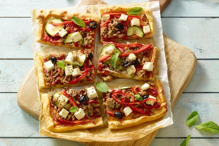 pizza - gemengd gehakt, pizzadeeg, ... - Verwarm de oven voor op 225 °C.