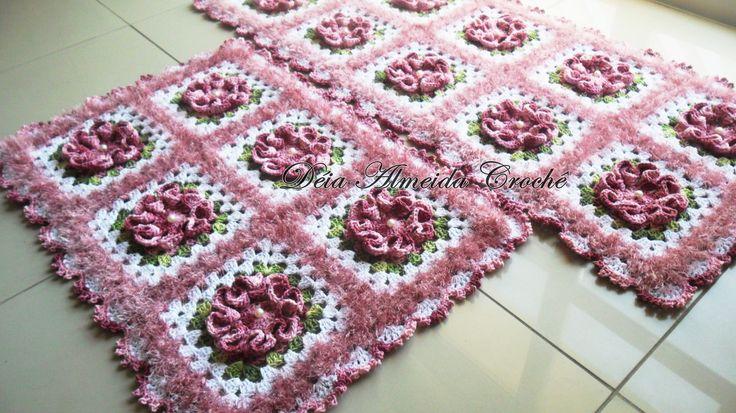 Jogo de Cozinha 2 peças, sendo:  - 1 Passadeira 1,30m;  - 1 Tapete 80cm.       * Flores em bordô, fundo com barbante peludinho rosê e barbante branco.Pode ser feito em outras cores e tamanhos.