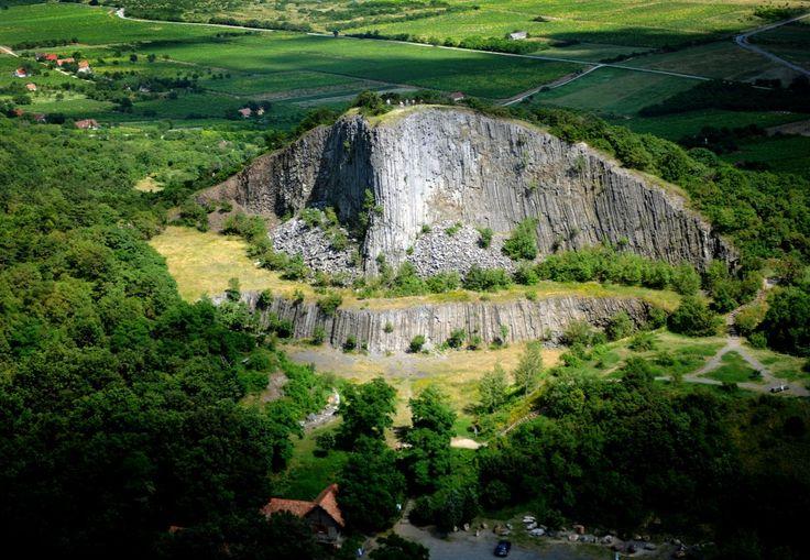 Magyarország legszebb tájai . A Hegyestű geológiai bemutatóhely a Káli-medence keleti részén, a Veszprém megyei Monoszló közelében, a Balaton-felvidéki Nemzeti Parkban