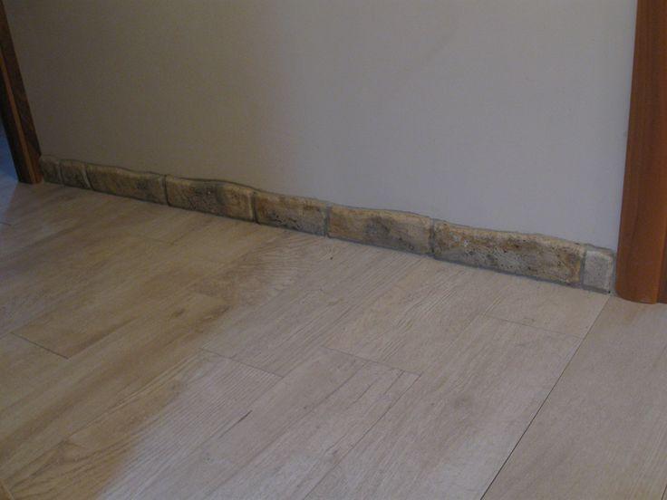 Battiscopa in pietra ricostruita, altezza 8 cm, colorazione personalizzata. Località: Lendinara (Rovigo).