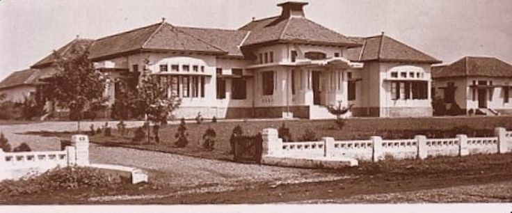 In 1927, the building was used as a school for Het Christelijk Lyceum then used by SMAK DAGO and SMAN 1 Bandung my school :) however sadly the main part of this building has gone now (SMAK DAGO area)...