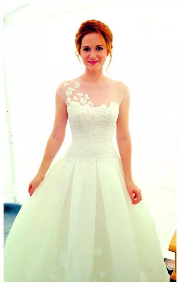 Vestido de noiva delicado da April Kepner em Grey's Anatomy. Detalhe de flores no ombro.