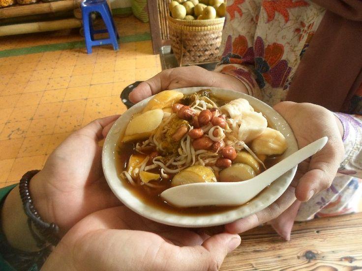 Rujak Donggala.  adalah gabungan 7 macam manisan dan asinan dalam 1 manggkok. makanan ini salah satu warisan kekayaan budaya kuliner kota Cirebon. rujak ini sudah jarang yang jual karena membuat asinan & manisan gak mungkin di buat dalam  sehari.