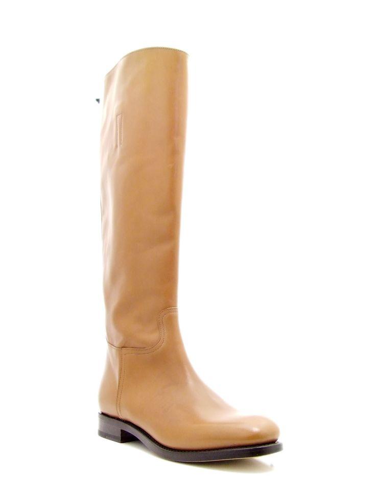 #Stivale da donna cavallerizza, realizzato in pelle spazzolata di vitello colore marrone chiaro, suola in cuoio. Questa stivale alto dalle linee eleganti diventa simbolo di uno look #intramontabile e #raffinato. Un modello classico inglese per un abbigliamento casual, ma al tempo stesso sofisticato. Lavorazione #Blake con forma confortevole per una migliore calzata. #MadeInItaly.