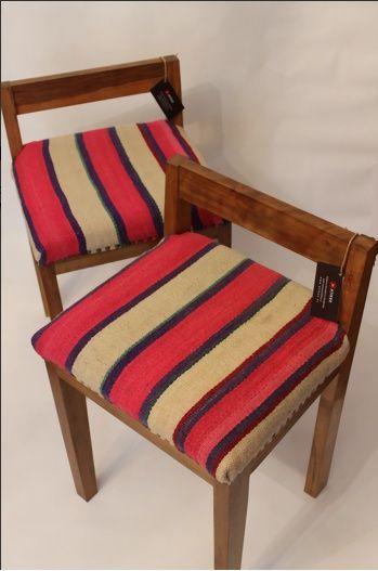 Banquita con respaldo. Fabricada en madera nativa (coihue) y tapizada en lana de oveja teñida naturalmente y tejida a telar. Su diseño único y la nobleza de sus materiales hacen de estas banquetas un mueble vanguardista y cool.