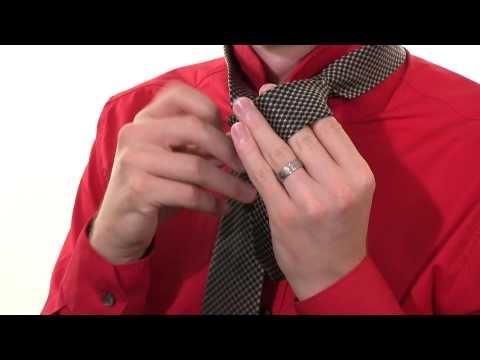 """Kravatte binden: Doppelter Windsor     In unserer Videoserie zeigen wir euch, wie ihr Schriff für Schritt ganz schnell und einfach schöne Kravattenknoten knotet. In den weiteren Videos zeigen wir euch den """"Kentknoten"""" und den """"Halben Windsorknoten"""""""