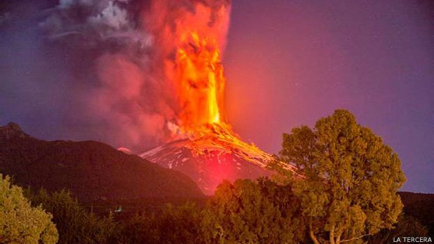 Volcán Villarrica en Villarrica, Araucanía This picture was taken days ago when the volcano erupted, it amazes me how nature can be so passive and powerful at the same time.
