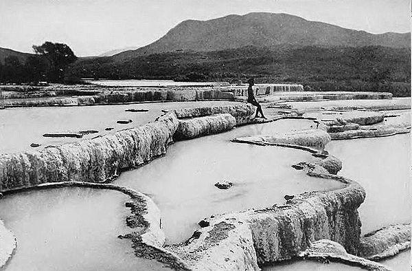 600px-The_hot_water_basins,_white_terrace.jpg (600×394)