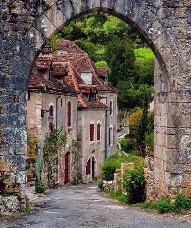 Saint Cirq Lapopie, France ~ Photo By @vinced49