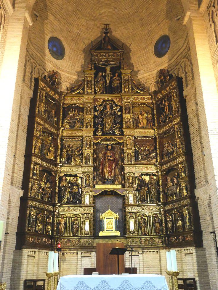 Retablo Mayor. Plateresco. Autor Francisco de Espinosa o Juan Tovar, según sea la fuente. Representa escenas de la vida de Jesús y del Apóstol Santiago el Mayor.