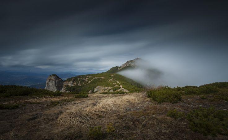 Masivul Ceahlau este incadrat in tinutul climatic de munte(munti josi, cu altitudinea intre 800 si 1900 m),subtinutul climatic al Carpatilor Orientali. Conditiile climatice din Ceahlau se supun atat zonalitatii altitudinale (etajele climatice) sau sunt rezultanta unor conditii locale (expozitii diferite ale versantilor, tipul si gradul de acoperire