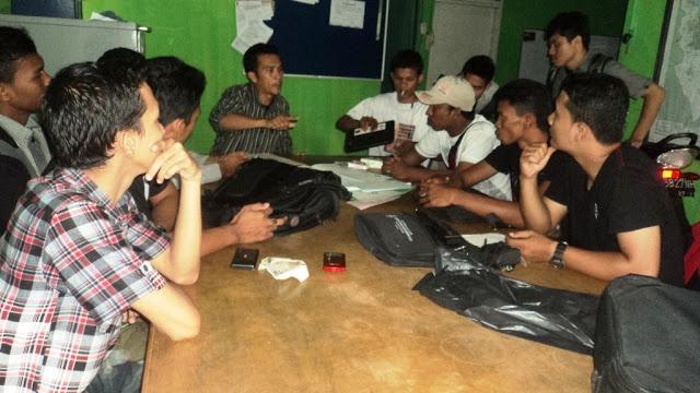 Lhokseumawe | Acehtraffic.com - Melawan predator (mafia) pendidikan di wilayah Pase Aceh, setelah membakar dua baju almamater Universitas Al Muslem Bireuen, mahasiswa dari kampus tersebut mendatangi kantor YLBHI Pos Lhokseumawe di Keude Aceh, Kota Lhokseumawe, Selasa, 23 Oktober 2012 siang.