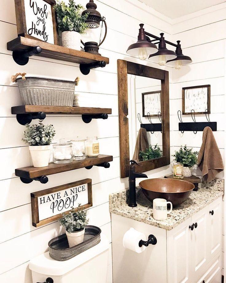 Dieses Vintage-Badezimmer im Landhausstil ist mit …