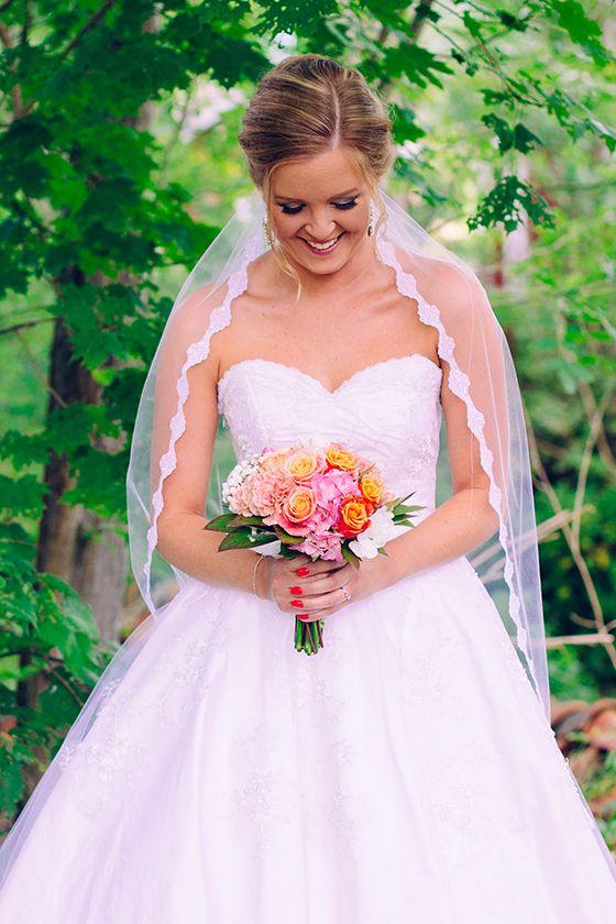 Brud med slöja, bukett, uppsatt hår, bandlös klänning - Brudporträtt av Bröllopsfotograf Victoria Öhrvall Katrineholm Sörmland