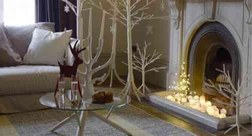 décorer la cheminée de guirlandes lumineuses pour la fête de Noël