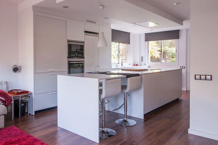 Una cocina blanca con isla abierta al salón, nuevo proyecto de cocina en nuestra web. Diseño de cocina LINE-E Blanco seff. Proyecto realizado por nuestro distribuidor exclusivo en Cornellà (Barcelona), Clysa.