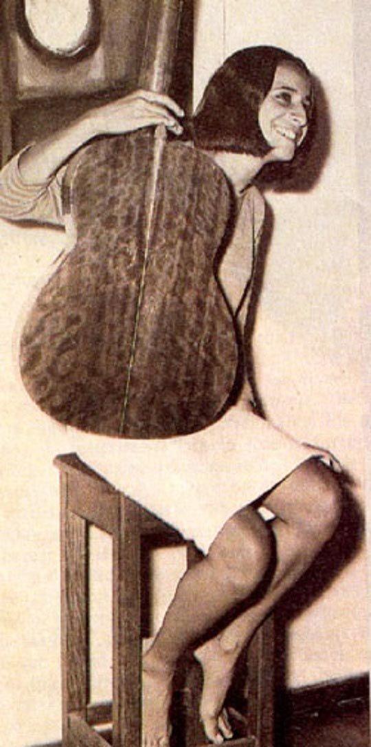 """Maria Bethânia aos 19, em fevereiro de 1965, quando chegou ao Rio de Janeiro, vinda da Bahia, para substituir às pressas Nara Leão no espetáculo """"Opinião"""". Veja mais em: http://semioticas1.blogspot.com.br/2012/03/betha-betha-bethania.html"""