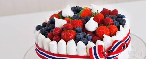 Hvit sjokolademoussekake med marengspinner og friske bær