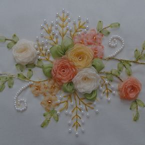 Con rosas y perlas.. Hermoso bordado
