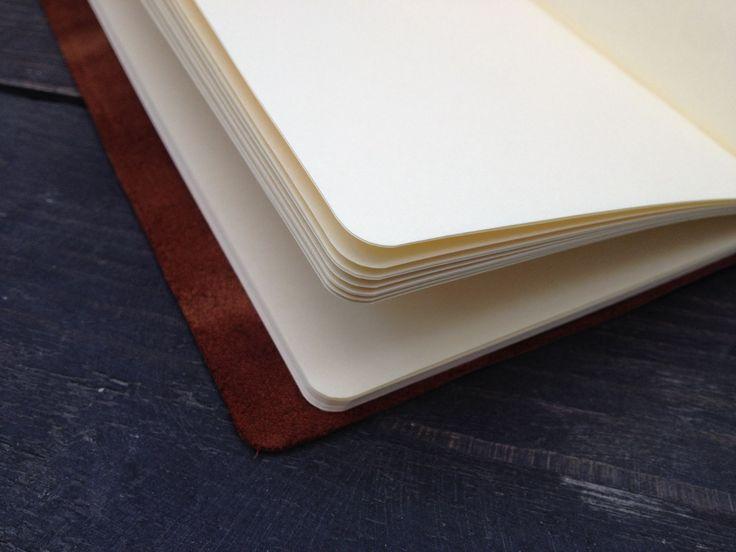 Traveller`s Notebook - самый востребованный блокнот 2015 года.  Секрет его популярности прост: он может быть каким угодно, стоит только подобрать подходящее наполнение: тетрадь в линейку или недельный планировщик, скетчбук с бумагой любой плотности и цвет